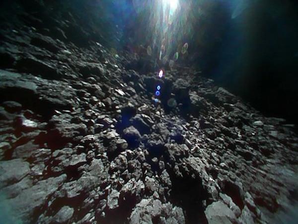 صورة للكويكب ريوجو مباشرة قبل القفز فوق سطح الكويكب في 22 سبتمبر 2018 الساعة 8:46 مساء بتوقيت شرق الولايات المتحدة. حقوق الصورة: JAXA