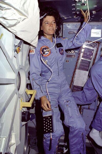 سالي رايد على متن مكوك الفضاء تشالنجر خلال مهمة STS-7، في 24 يونيو/حزيران 1983. حقوق الصورة: ناسا
