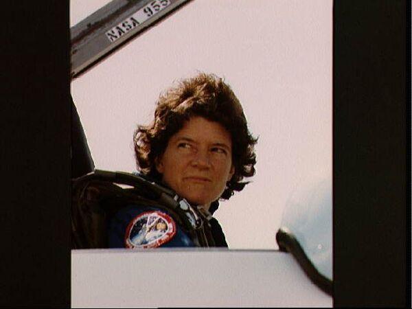 سالي رايد في قمرة قيادة طائرة T-38 استعداداً للمغادرة إلى مركز كينيدي للفضاء قبل مهمة STS-41G. حقوق الصورة: ناسا