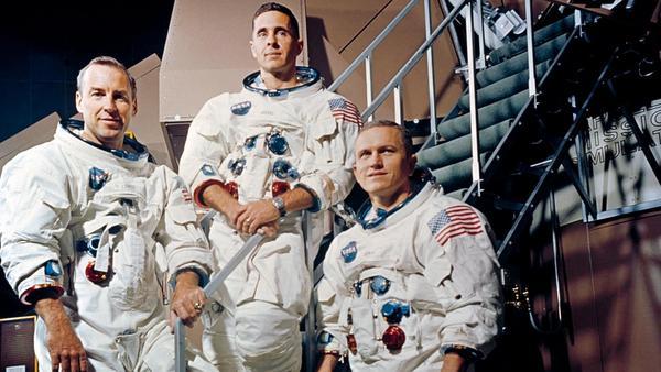 أفراد طاقم أبولو 8 (من اليسار إلى اليمين): جيمس لوفيل، ووليام أندرس، وفرانك بورمان. حقوق الصورة: NASA