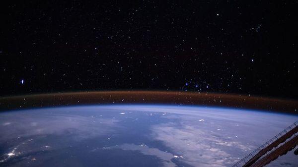 مشهد لأفق الأرض مأخوذ من على متن محطة الفضاء الدولية. نُشرت هذه الصورة كمنشور على مدونة محطة فضاء ناسا في (11 مارس/آذار 2020).  حقوق الصورة:NASA .