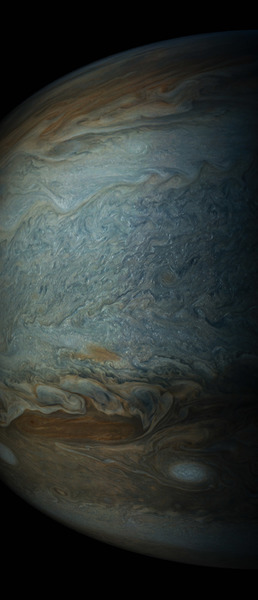 تظهر المنطقة الجنوبية الاستوائية للمشتري في هذه الصورة المُلتقطة بواسطة أداة JunoCam التصويرية من على متن مركبة جونو في 19 مايو/أيار، من على ارتفاع 12858 كيلومتر.، حيث تمتلئ بعدد كبيرٍ من السحب الصغيرة الساطعة التي تظهر على شكل نقاطٍ صغيرة.  حقوق الصورة: NASA/SWRI/MSSS/Gerald Eichstadt/Sean Doran