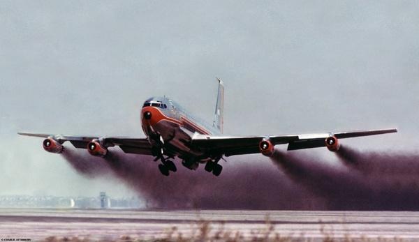 تصدر محركات الطائرات السَّخام. تترك طائرة بوينغ 707 غمامة دخانية في شهر يوليو تموز من عام 1960 لدى اقلاعها من مدرج 25L في مطار لوس انجلس الدولي. اما الادخنة المنبعثة اليوم لا تزال موجودة لكنها ادق بكثير. فيما طور علماء في شركة ايمبا تقنية لقياس هذه الانبعاثات والتي صادقتها شركة ايكاو. لذا فان المحركات ستصبح اقل تلويثا في السنوات المقبلة.  ملكيتها: تشارلي اتربيري Charlie Atterbury . سياتل Seattle