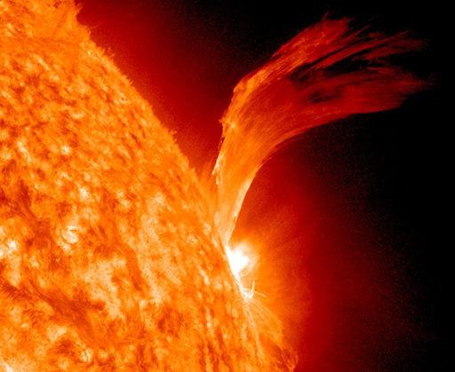 تُوضح هذه الصورة المُلتقطة بواسطة مرصد الديناميكا الشمسية التابع لناسا، شواظاً شمسياً مُذهلاً ظاهراً بوضوح على سطح الشمس. التُقطت الصورة بتاريخ 8 سبتمبر/أيلول 2010. مصدر الصورة: ناسا/مرصد الديناميكا الشمسية.