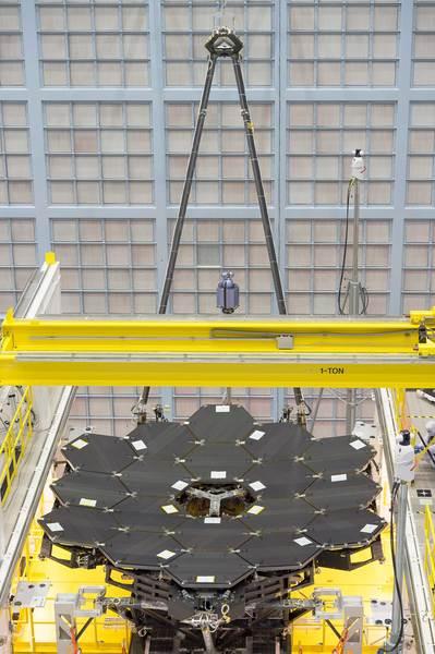نرَى في هذه الصورة النَّادرة المرايا الـ 18 وهي مُثبتة بالكامل على هيكل تلسكوب جيمس ويب الفضائي في مركز جودارد لرحلات الفضاء التابع لناسا في غرينبيلت بولاية ميريلاند.  المصدر: NASA/Chris Gunn
