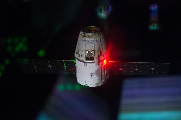 صورة المركبة دراغون خلال الإنفصال. إلتقطت هذه الصورة خلال البعثة 41. حقوق الصورة: ناسا.