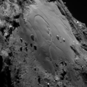 صورة منطقة إمحوتب على سطح المذنب 67P/C-G بتاريخ 2 يوليو/تموز 2015.  المصدر: ESA/Rosetta/MPS for OSIRIS Team MPS/UPD/LAM/IAA/SSO/INTA/UPM/DASP/IDA