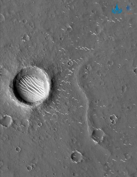 صورة لسهل يوتوبيا بلانيتيا التقطتها مركبة تيانوين 1 المدارية من على ارتفاع 220 ميلٍ تقريباً (350 كيلومترً). حقوق الصورة: CNSA