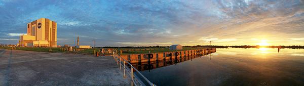 شروق الشمس فوق مركز كينيدي للفضاء. البحر في حالته الطبيعية. المصدر: NASA/Andres Adorno