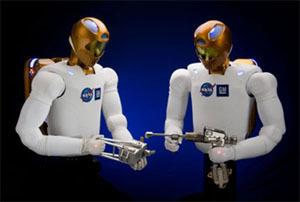 يستخدم الروبونوت الأدوات المصممة لتستخدم من قبل رواد الفضاء
