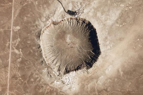 فوهة بارنجر النيزكية: هي فوهة نتجت عن التصادم مع نيزك قبل حوالي 50000 سنة، ويبلغ قطرها 1.1 كيلومتر، ولها عمق يصل إلى 200 متر. حقوق الصورة: U.S. Geological Survey