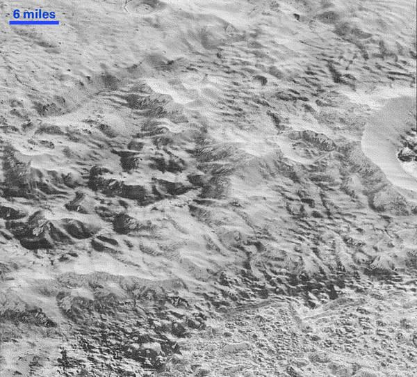 المناطق الوعرة على سطح بلوتو: تكشف هذه الصورة الجديدة التي التقطتها مركبة نيو هورايزنز كيف أن التصدع والانجراف ساهما في نحت هذا الجزء من قشرة بلوتو الجليدية، ومن ثم تحويلها إلى مناطق ذات تضاريس وعرة للغاية.  المصدر: NASA/JHUAPL/SwRI