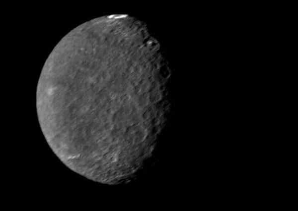"""تبدو على نصف الكرة الجنوبي لأومبرييل كثافة كبيرة من الفوهات النيزكية حسب هذه الصورة الملتقطة من المسبار فوياجر 2 في الرابع والعشرين من كانون الثاني/يناير 1986. وتشاهد فوهة """"فوندا"""" الكبيرة في الأعلى. Credit: NASA/JPL"""
