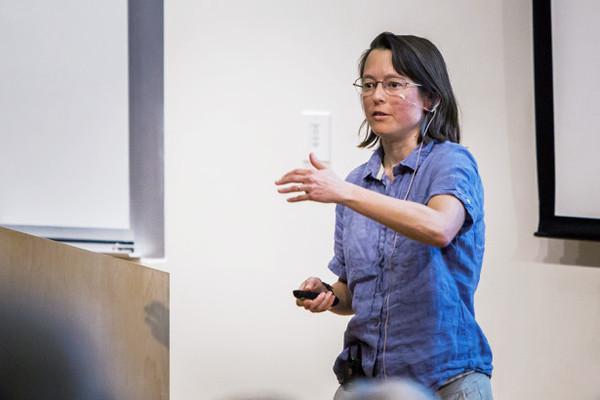 إيفا سيلفرشتاين، الأستاذة في الفيزياء في جامعة ستانفورد، تطبق نظرية الأوتار على علم الكونيات. ملكية الصورة: SLAC National Accelerator Laboratory, Archives and History Office.