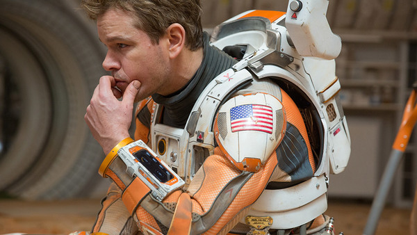 """الممثل مات دايمون Matt Damon، والذي يؤدي دور رائد الفضاء مارك ويتني Marc Watney في فيلم """"المريخي The Martian"""". المصدر: جايلز كيت."""