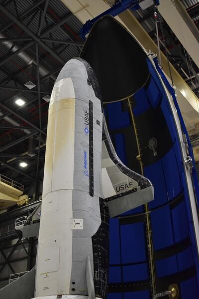 يبلغ طول طائرة الفضاء X-37B حوالي 29 قدمًا (8.8 مترا)، وهي تشبه مكوك الفضاء المصغر. تبعًا ل OTV_6، فقد حملت الطائرة الفضائية الآليّة وحدة خدمة جديدة تدعم المزيد من التجارب مع إقامة أطول في الفضاء. (حقوق الصورة: U.S. Air Force)