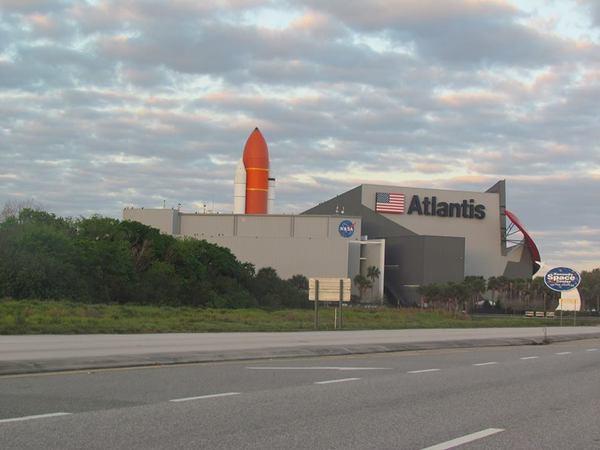 مقر مكوك الفضاء أتلانتس Atlantis الأخير في مركز كينيدي للفضاء كما يبدو من خارج مجمّع الزوار