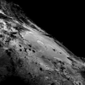 صورة منطقة إمحوتب على سطح المذنب 67P/C-G بتاريخ 18 يونيو/حزيران 2015.  المصدر: ESA/Rosetta/MPS for OSIRIS Team MPS/UPD/LAM/IAA/SSO/INTA/UPM/DASP/IDA