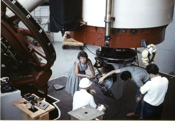 روبن وكينت فورد - ذو القبعة البيضاء- يتفحصان أجهزتهما في مرصد لويل عام 1965 أثناء إحدى عمليات الرصد التي قاما بها سويا مصدر الصورة: Carnegie Institution, Department of Terrestrial Magnetism