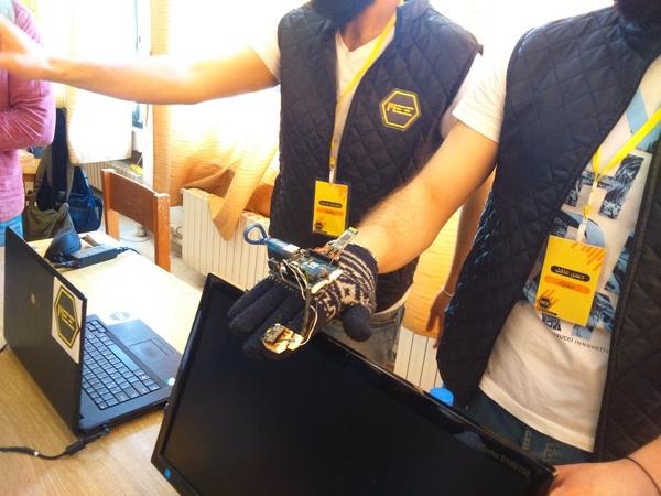 حسن عاقل وسليمان محمد من قسم الميكاترونيكس فصمما قفازا للتحكم ثلاثي الأبعاد 3D Glove Controller
