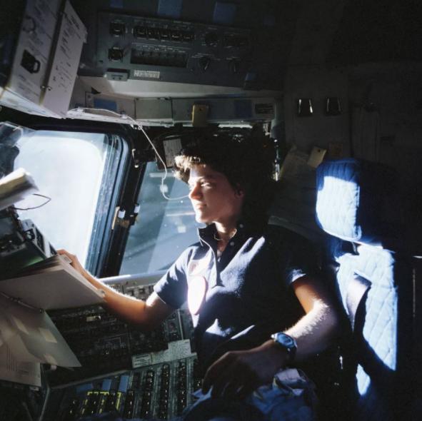 سالي رايد تنظرُ إلى خارج نافدة مكوك تشالنجر الفضائي خلال مهمة STS-7 سنة 1983. حقوق الصورة (Image credit: NASA)