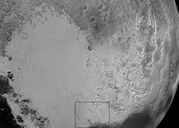 قلب بلوتو:  سبوتنيك بلاينم هو الإسم غير الرسمي الذي أطلق على المنطقة المسطحة التي تشبه في شكلها المصباح الضوئي والتي تقع في جهة اليسار من هذه الصورة المركبة من مجموعة صور لبلوتو التقطتها مركبة نيو هورايزنز.  من المحتمل أن تكون منطقة المرتفعات البيضاء اللامعة مغطاة بجليد النتروجين الذي ترسب عليها بعدما انتقل عبر الغلاف الجوي من سطح منطقة سبوتنيك بلاينم. يشير المربع إلى موقع الأنهار الجليدية، وسنرى صورة مفصلة حول ذلك في الأسفل.  المصدر: NASA/JHUAPL/SwRI