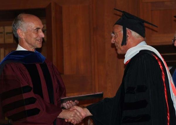تلقي شهادة فخرية من الجامعة الأمريكية في بيروت.