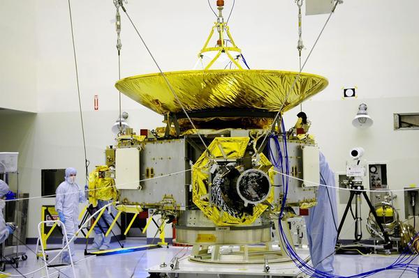 صورة للمركبة الفضائية في مركز كينيدي للفضاء