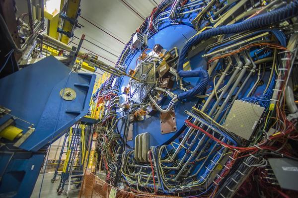 كاشف STAR في RHIC يتتبع مسارات الجسيمات الخارجية دون الذرية التي تولد آلاف التصادمات في الثانية الواحدة. مصدر الصورة: مختبر بروكهافن الوطني (Brookhaven National Laboratory).