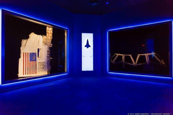 قطعتان تذكاريتان لكل من المكوك كولومبيا إلى جهة اليمين والمكوك تشالنجر إلى جهة اليسار. مصدر الصورة: http://www.spaceflightinsider.com/wp-content/uploads/2016/01/2315-nasa_forever_remembered_exhibit_grand_opening-jared_haworth.jpg