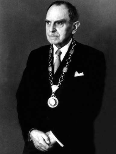 التُقطت هذه الصورة في الثالث من مارس/آذار عام 1959 لعالم الكيمياء والفيزياء الألماني أوتو هان Otto Hahn، ويرتدي فيها سلسلة رئيس جمعية ماكس بلانك Max-Planck-Society فى عيد ميلاده الثمانون.