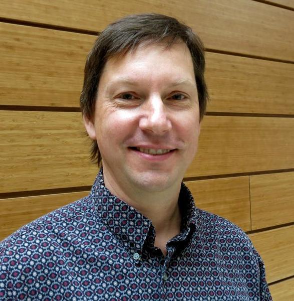 """ميشيل وير Michael Wehr، أستاذ علم النفس في معهد علم الأعصاب في جامعة أوريغون THE UNIVERSITY OF OREGON INSTITUTE OF NEUROSCIENCE قام باكتشاف كيفية استخدام الدماغ لعملية """"دفع و سحب"""" لترميز وترجمة الأصوات. حقوق النشر : جامعة أوريغون"""