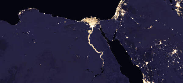 صورة مركبة لنهر النيل والمنطقة المجاورة في الليل، 2016. حقوق الصورة: NASA Earth Observatory images by Joshua Stevens, using Suomi NPP VIIRS data from Miguel Román, NASA's Goddard Space Flight Center