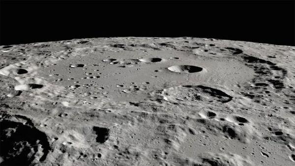 فوهة كلافيوس على سطح القمر بعدسة مركبة الاستطلاع المدارية القمرية LRO التابعة لناسا. اكتشف مرصد صوفيا جليداً مائياً في مناطق مُظللة في هذا الموقع القمري المُضاء بأشعة الشمس. حقوق الصورة: NASA/ Moon Trek / USGS / LRO