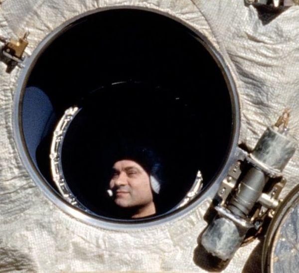 يحمل رائد الفضاء الروسي فاليري بولياكوف Valeri Polyakov الرقم القياسي لأطول رحلة فضائية. إذ قضى 438 يوماً متواصلاً في الفضاء، وعاد إلى الأرض في 22 مارس/آذار 1995. حقوق الصورة: NASA