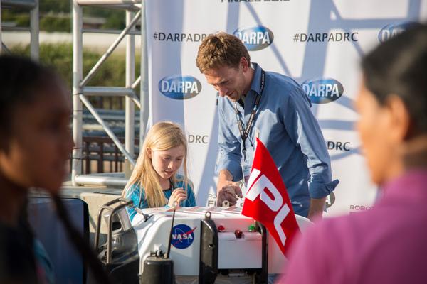 بعد كل جولة منافسة كان المشاهدون لهذا الحدث يملكون القدرة على القاء نظرة عن كثب عن الروبوتات المنافسة ولقاء صانعيهم حقوق الصورة: JPL_معهد كاليفورنيا للتكنولوجيا (Caltech)