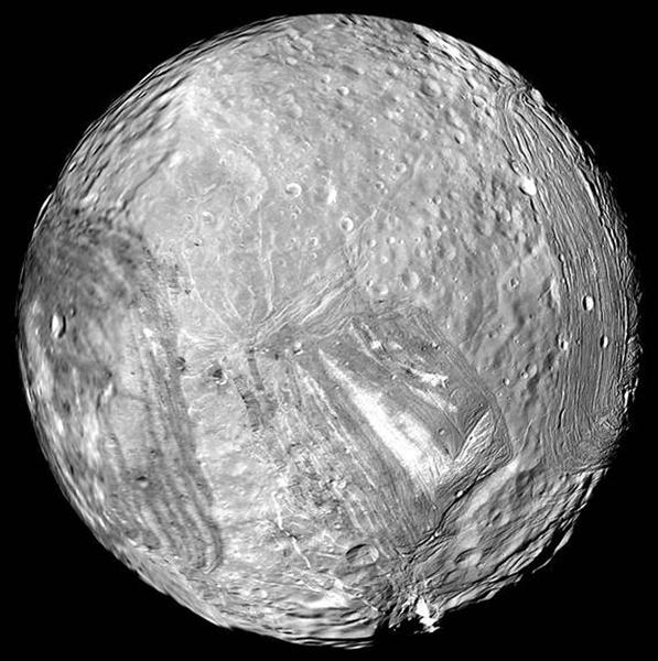 يبدو في هذه الصورة القمر الجليدي ميراندا Miranda التابع لكوكب أورانوس، والذي أصاب العلماء بدهشة كبيرة عندما رأوا تضاريسه المليئة بالأخاديد.   المصدر: NASA/JPL-Caltech