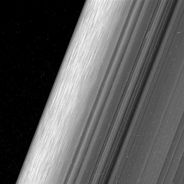 تظهر هذه الصورة منطقة من حلقة زحل الخارجية B. وقد شاهدت مركبة كاسيني الفضائية هذه  المنطقة بمستوى دقة أعلى بمرتين مما تم رصده سابقًا. حقوق الصورة: NASA/JPL-Caltech/Space Science Institute