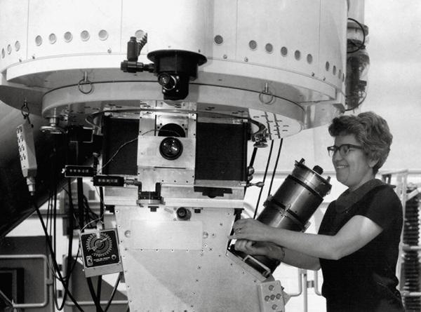 روبن تشغل التلسكوب ذا قطر المترين وواحد من عشرة ، في مرصد كيت بيك الوطني، وكان مطياف كنت فورد متصلا بالتلسكوب وبالتالي كان بإمكانهم قياس سرعة المادة عند أبعاد مختلفة من مراكز المجرات.