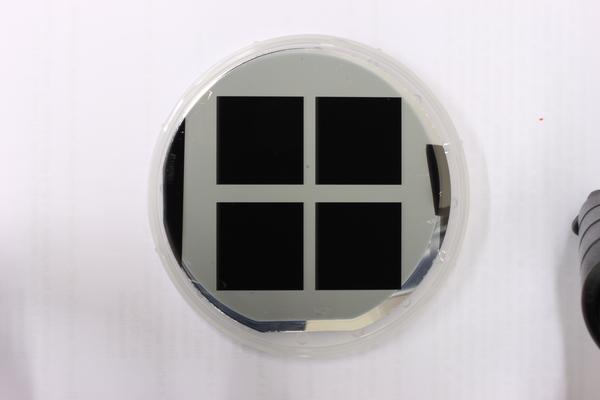 خلية شمسية بعد المعالجة السطحية بالسيليكون الأسود