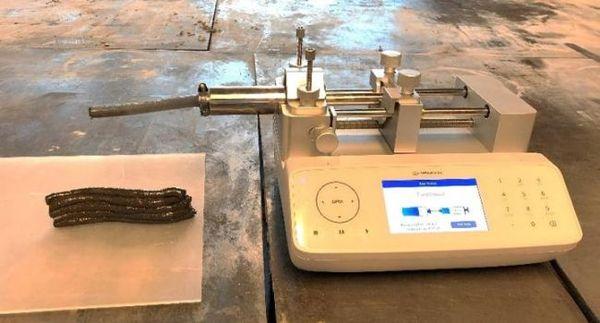 أجهزة طباعة ثلاثية الأبعاد استخدمت لخلق مواد بناء مصنوعة جزئيا من البول البشري. من الممكن استعمال تقنية مشابهة مستقبلًا في القواعد القمرية. حقوق الصورة:Shima Pilehvar et al./ Journal of Cleaner Production