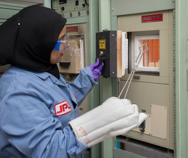 تظهر في الصورة خبيرة التكنولوجيا صباح باكس Sabah Bux من مختبر الدفع النفاث JPL وهي تستخدم الفرن الحراري في عملها لتطوير مادة كهروحرارية تقوم بتحويل الحرارة إلى كهرباء. حقوق الصورة: NASA/JPL-Caltech