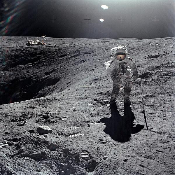 يظهر رائد الفضاء Charles M. Duke Jr يجمع عينات من على سطح القمر، ومعه المركبة القمرية الجوالة خلال بعثة أبولو 16. حقوق الصوررررررة: NASA