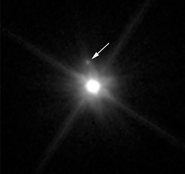 تكشف صورة هابل هذه عن أول قمرٍ يتم اكتشافهُ حول الكوكب القزم ماكيماكي. وبالكاد يُمكن رؤية هذا القمر فوق ماكيماكي إذ يغشاهُ وهج الكوكب القزم اللامع. قامت عدسة كاميرا هابل واسعة المجال 3 برصد هذا القمر في شهر إبريل/نيسان 2015.