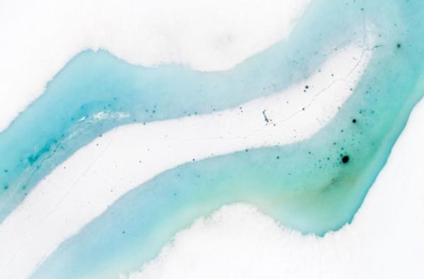 يذوب الجليد على بحيرة جبلية. تتجمد البحيرات في جميع أنحاء العالم أقل وأقل بمرور الوقت، وفي غضون بضعة عقود، قد تفقد الآلاف من البحيرات في جميع أنحاء العالم غطاءها الجليدي في فصل الشتاء تماماً. حقوق الصورة: Photograph By Orsolya Haarberg, Nat Geo Image Collection