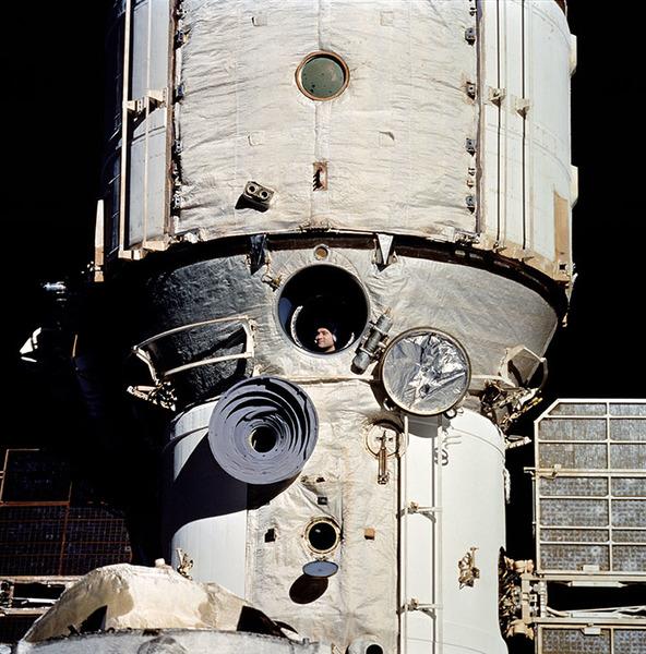 نرى في الصورة رائد الفضاء الروسي فاليري .ف. يولياكوف Valery V. Polyakov وهو على متن محطة الفضاء الروسية مير Mir.المصدر: NASA