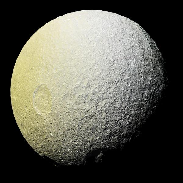 تُظهِر هذه الصورة الفسيفسائية مُحسَّنة اللون لقمر تيثيس تضاريس أبعد قليلاً نحو الجنوب الغربي من الصور التي اُلتقِطت قبل بضع ساعات من هذه الصورة.