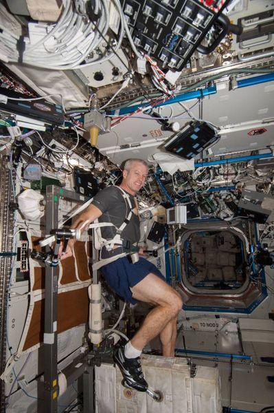 """ستيڤن سوانسون مهندس طيران البعثة 39 التابعة لناسا، وهو يمارس التمارين الرياضية في المختبر الأمريكي """"ديستني"""" الموجود على متن محطة الفضاء الدولية. (حقوق الصورة: NASA)"""