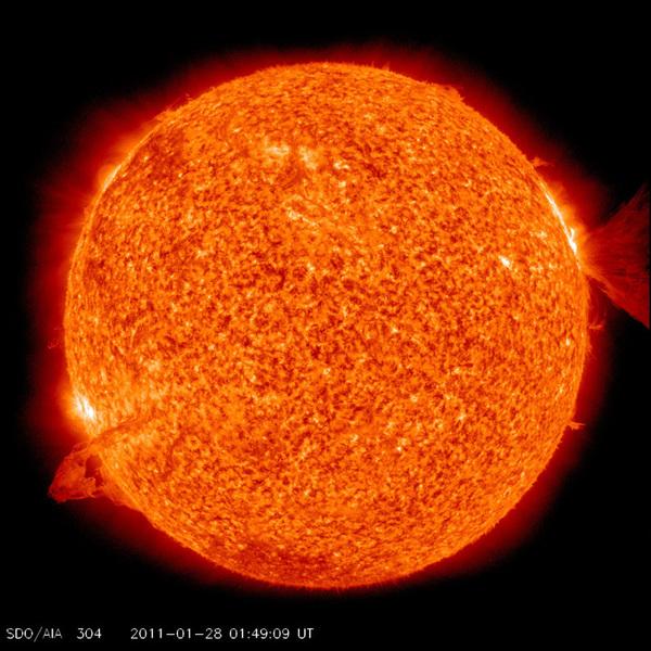 تُظهر هذه الصورة التي التُقطت من مرصد الديناميكا الشمسية حدثين وقعا على سطح الشمس في الوقت نفسه، وذلك بتاريخ 28 يناير/كانون الثاني 2011. إذ يظهر على يسار الصورة توهجٌ شمسيٌ من الفئة متوسطة الحجم (M1)، وتدفقٌ إكليلي كُتليٌ في الفضاء على يمين الصورة. مصدر الصورة: ناسا/مرصد الديناميكا الشمسية -مركز غودارد للطيران الفضائي.