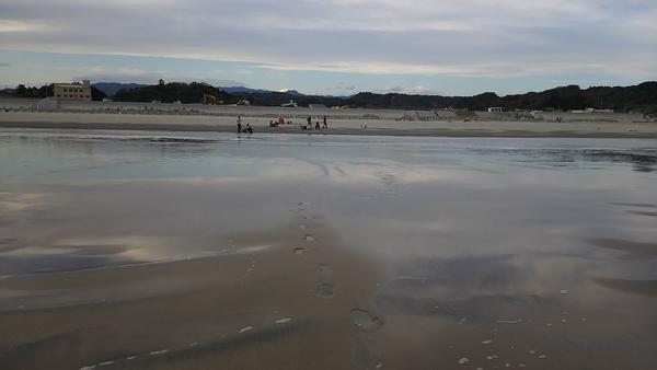 قام فريق البحث باختبار ثمانية شواطئ في اليابان على بعد 60 ميلًا من محطة فوكوشيما لتوليد الطاقة النووية، وعثر على مستويات عالية من السيزيوم المشع المنطلق من حادثة عام 2011 في المياه الجوفية الراكدة تحت الشواطئ. ورغم أن السيزيوم ليس مصدر قلق للصحة العامة، ولكنه أظهر كيف يمكن نقل المواد المشعة بعيدًا عن مواقع الحوادث، حيث تلتصق بها الحبوب الرملية لتخزنها. حقوق الصورة: سويشيرو ترياكي Sonichiro Teriyaki، من جامعة كانازاو.